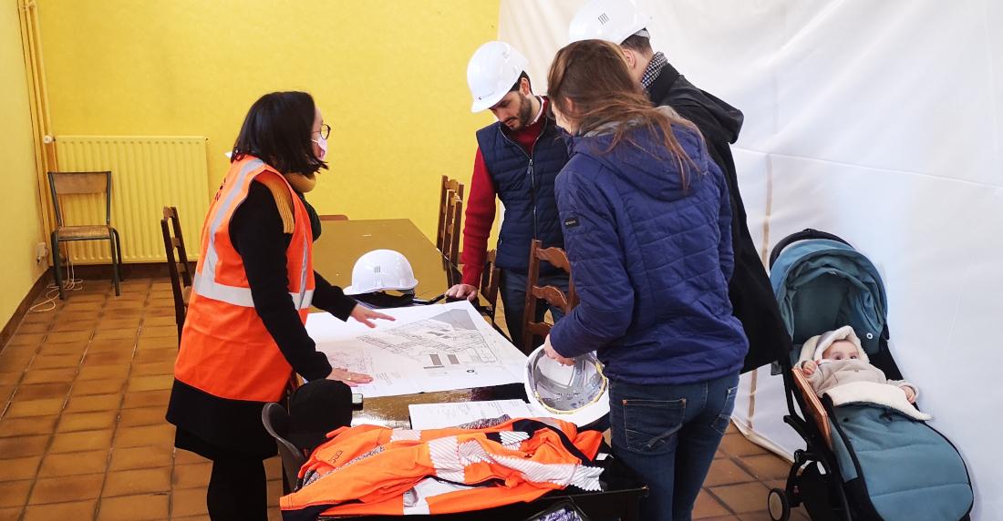 Alexis (au centre) et sa famille en visite à Saint-Julien
